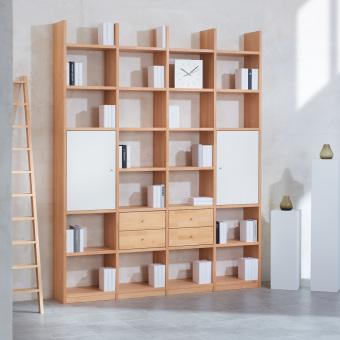 1_Regalwand-in-Buche-Massivholz-keilgezinkt-mit-4-Schubladen-und-2-weissen-Tueren-ueber-jeweils-2-Faecher